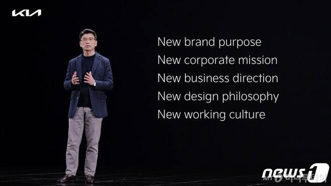 (서울=뉴스1) = 기아자동차가 사명을 '기아'로 변경했다고 15일 전했다.  사명 변경을 계기로 기존 제조업 중심의 비즈니스 모델에서 벗어나 혁신적인 모빌리티 제품과 서비스를 통해 사업 영역을 확장하고, 고객들의 삶에 가치를 향상시킬 계획이다.   이날 유튜브와 글로벌 브랜드 웹사이트를 통해 진행된 '뉴 기아 브랜드 쇼케이스'에서 송호성 사장이 발표를 하고 있다. (기아 제공) 2021.1.15/뉴스1