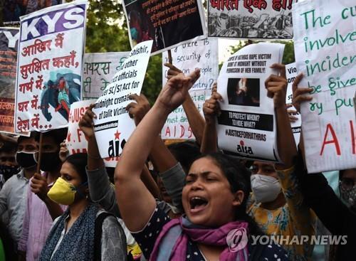 여성 성폭행 사건과 관련해 인도 뉴델리에서 벌어진 항의 시위. [EPA=연합뉴스]