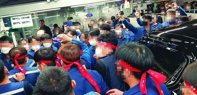 지난 21일 현대자동차 울산1공장에서 노동자들이 아이오닉5 테스트 차량 투입을 저지하는 모습. 독자 제공