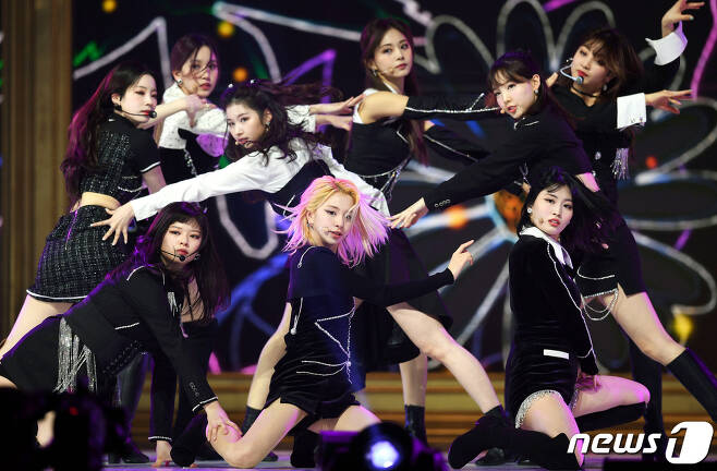 (Seoul=) = TWICE presents a spectacular performance at the 30th High1 Seoul Song Song Song Festival held at the Olympic Park Gymnastics Stadium in Seoul Songpa District on the 31st.1. 31/