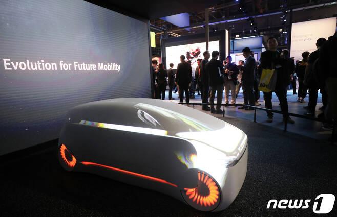 지난해 1월 국제가전전시회 'CES 2020' SK 전시장에서 관람객들이 미래 전기차 비전 'SK 인사이드'를 살펴보고 있다. 2020.1.8/뉴스1 © News1 오대일 기자