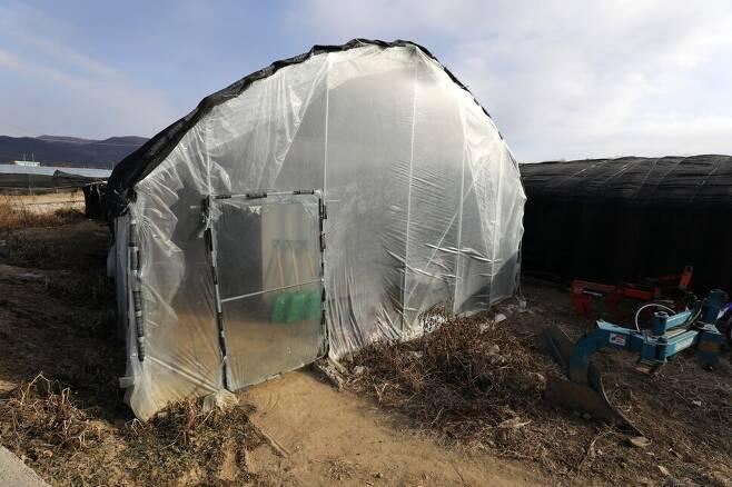 경기도 포천에 있는 한 채소농장의 비닐하우스 숙소. 상당수 농업 이주노동자들은 비닐하우스 안에 지은 조립식 패널 숙소에서 지낸다. 류우종 기자