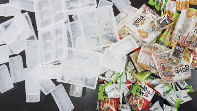 21일 실험에 사용한 제품들의 포장재와 플라스틱 트레이가 어지럽게 쌓여있다. 현유리PD