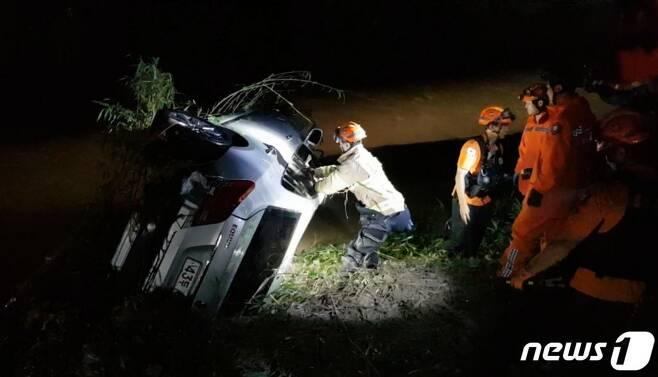 지난해 7월23일 오후 10시42분께 울산 울주군 서생면 연산교를 지나던 차량이 하천 급류에 휩쓸려 운전자가 실종됐다가 9시간 여 만에 숨진 채 발견됐다. 사진은 실종된 운전자의 차량 모습. (울산소방본부 제공) /사진=뉴스1