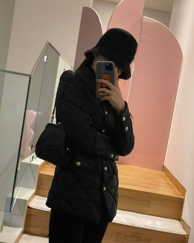 Group BLACKPINK member Jenny Kim has emanated a chic charm.Jenny Kim posted a photo on her Instagram page on February 3.In the photo, Jenny Kim showed all black fashion through mirror selfie.Jenny Kim wore a hat and covered her face with her mobile phone, but she spewed out an extraordinary aura.Meanwhile, Jenny Kim shares her daily life on YouTube channel Jennybuyjane Official.Group BLACKPINK, which includes Jenny Kim, released her first full-length album THE ALBUM on October 2.