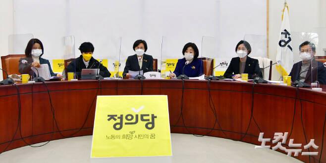 2일 오전 국회에서 열린 정의당 의원총회에서 강은미 비상대책위원장이 발언을 하고 있다. 윤창원 기자