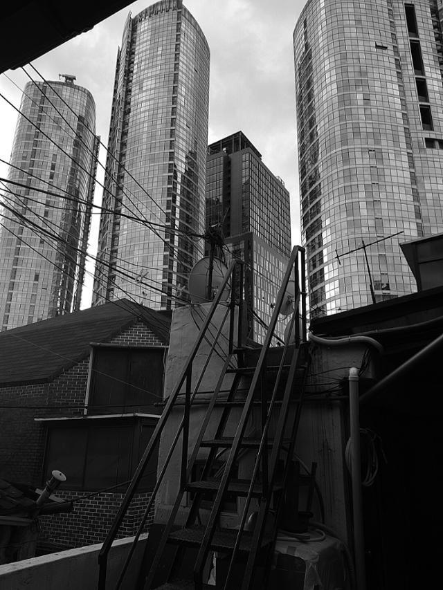 서울역 11번 출구에서 나와 으리으리한 빌딩숲을 지나면, 동자동 쪽방촌이 빼곰히 모습을 드러낸다. 국가와 사회의 각종 돌봄과 지원에도 쪽방촌 주민들은 여전히 '사회적 버려짐'을 경험한다. 빨간소금 제공