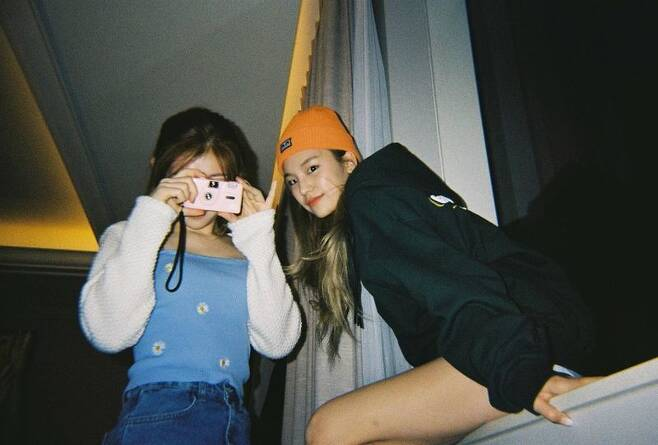 Group ITZY members Chaeryeong and Yezi have unveiled their lovely visuals.On February 5, ITZY official Instagram posted several photos of Chaeryeong and Yezi.Yezi and Chaeryeong in the picture show off their unique fashion sense and show chic charm. The two doll-like visuals cause admiration to viewers.Meanwhile, the group ITZY released Not Shy (English Ver. ) on January 22.ITZY released its debut digital single ITz Different and the title song Dallalala on February 12, 2019.He has also made many hits such as ICY, WANNABE and Not Shy.ITZY has proved its unique presence by achieving remarkable results overseas beyond Korea.ITZY won the World Rookie of the Year award at the 10th Gaon Chart Music Awards held on January 13th.
