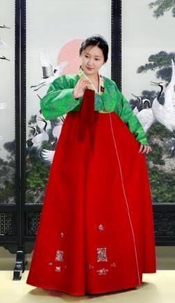 북한의 녹의홍상 (서울=연합뉴스) 12일 북한의 대외홍보용 월간 화보 '조선'은 화려한 한복을 입은 남녀의 모습을 게재했다. 2021.2.12 [북한 대외용 화보 '조선' 2월호 캡처. 재판매 및 DB 금지]      nkphoto@yna.co.kr