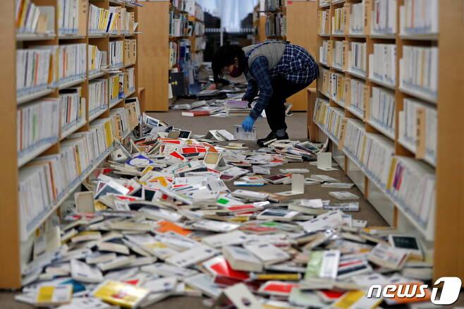 지진으로 책이 무너져내린 후쿠시마의 한 서점 © 로이터=뉴스1