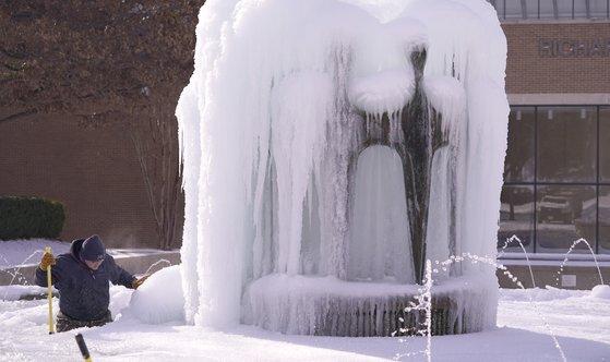 겨울에도 따뜻하기로 유명한 텍사스주의 기온이 영하 22도까지 떨어지면서 분수대도 얼어붙었다. [AP=연합뉴스]