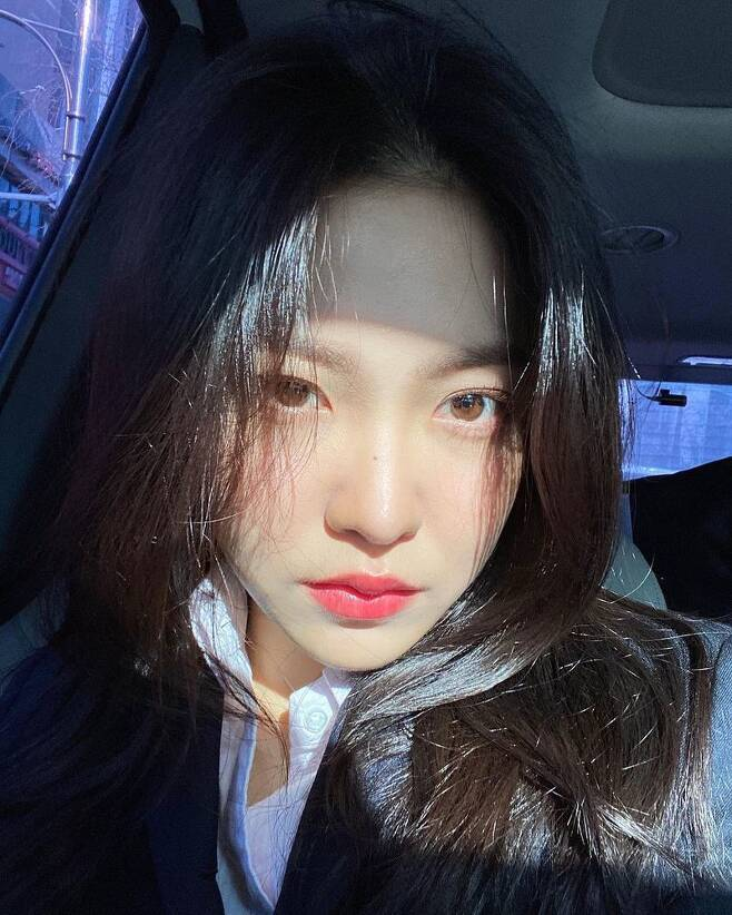 Red Velvet Yeri has created an unusual atmosphere in everyday life.Yeri uploaded a picture to her Instagram on February 18 with the phrase Selfie of the Day.In the photo, Yeri stares at the camera in the vehicle, who showed off her beauty with bright eyes and dark features.The netizens who saw this responded such as I want to see too much and I am still pretty.Yeri has been active since being recruited as a new member of Red Velvet, recently challenging her acting by putting her name on the Mint Condition lineup in TVNs Drama Stage.