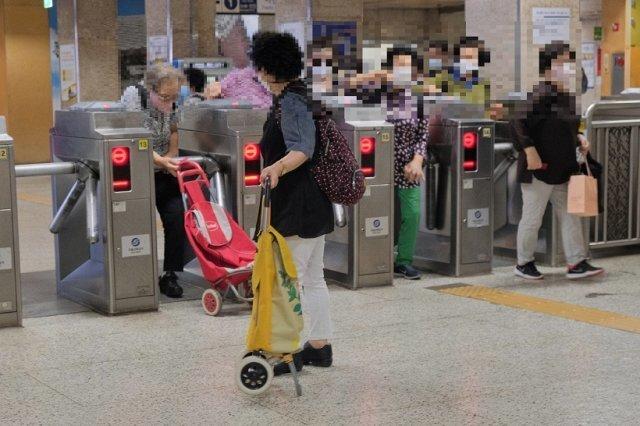 서울 한 지하철역에서 개표구를 통과하는 노인들. 일본 대중교통에도 경로우대는 있지만 대개 70세 이상에게 본인 부담의 일부를 지원해주는 형태를 띤다. 사진: 서울교통공사