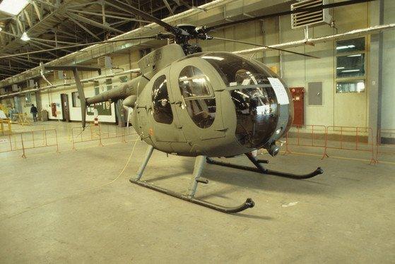 육군이 기초 비행훈련 헬기로 사용 중인 500MD는 대한항공이 1976년부터 국내에서 면허 생산한 기종이다. 사진은 정비고에서 정비를 기다리 500MD. [중앙포토]