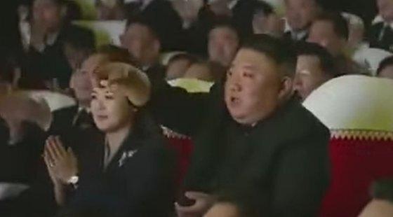 김정은 국무위원장이 지난 16일 열린 광명성절 기념 음악회를 관람했다. 김 위원장은 공연중 무대를 향해 '친근한 이름'이란 곡을 다시 연주하라고 지시하고 있다. [유튜브 캡처]