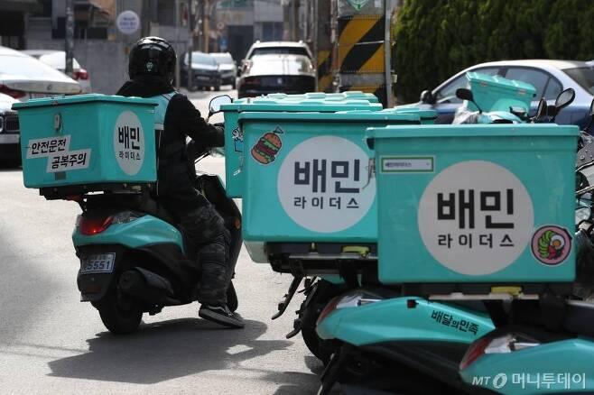 지난해 4월6일 서울 마포구 배민라이더스 중부지사에 배달 오토바이가 줄지어 서있다. / 사진=이기범 기자 leekb@