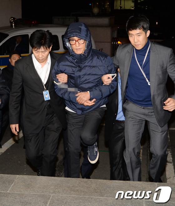 조양은씨가 2013년 11월 필리핀에서 체포돼 서울 마포구 경찰광역수사대에 들어서고 있다. 2013.11.29/뉴스1