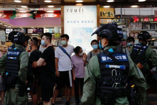 지난해 9월 홍콩 경찰이 코로나19 사태를 구실로 입법회 선거를 연기한 데 항의하는 시위대를 검문, 검색하고 있다. [이미지출처=로이터연합뉴스]