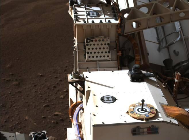 미국 화성 탐사 로버 퍼서비어런스가 화성 착륙 직후 항법용 마스트를 세우고 주 과학 카메라 마스트제트를 작동하는 모습./NASA