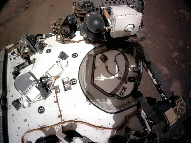 미국 화성 탐사 로버 퍼서비어런스의 착륙 직후 모습./NASA