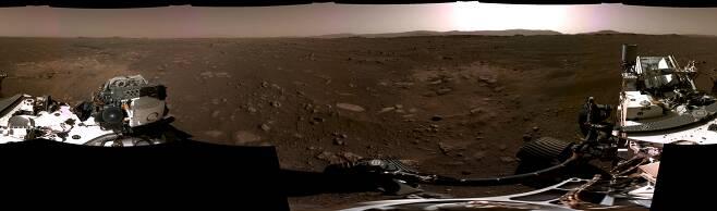 미국 화성 탐사 로버 퍼서비이런스가 착륙 직후 촬영한 파노라마 영상./NASA