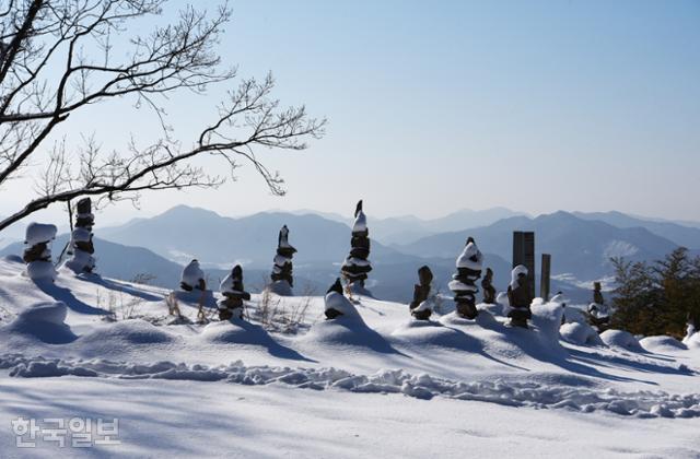 금성산성 충용문 부근에 처절하게 스러져 간 동학농민군을 추모하듯 여러 개의 돌탑이 세워져 있다.