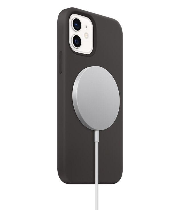 아이폰을 무선 충전기 맥세이프에 충전하고 있는 모습.  애플 홈페이지 캡처