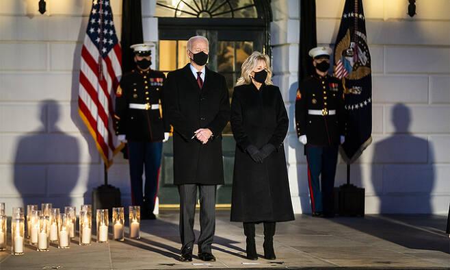 조 바이든 미국 대통령과 질 바이든 여사가 22일(현지시간) 백악관에서 열린 코로나19로 사망한 50만 미국인 촛불 추모식에 참석하고 있다. 워싱턴=EPA연합뉴스