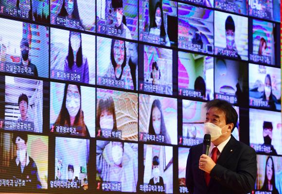 비대면으로 시작하는 대학생활… '줌 입학식' 성황 - 윤성이(오른쪽 아래) 동국대 총장이 22일 서울 중구 동국대에서 열린 2021학년도 입학식에서 화상회의 프로그램 '줌'을 통해 신입생들과 대화를 하고 있다. 이날 비대면 입학식 행사는 유튜브로 생중계됐다.박윤슬 기자 seul@seoul.co.kr