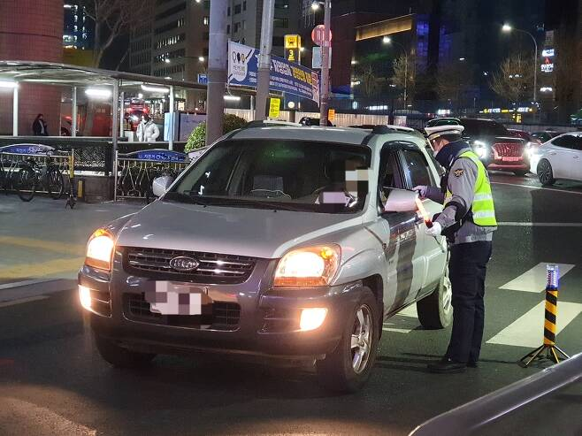 신사역 사거리에서 음주단속하는 경찰 [촬영 황윤기]