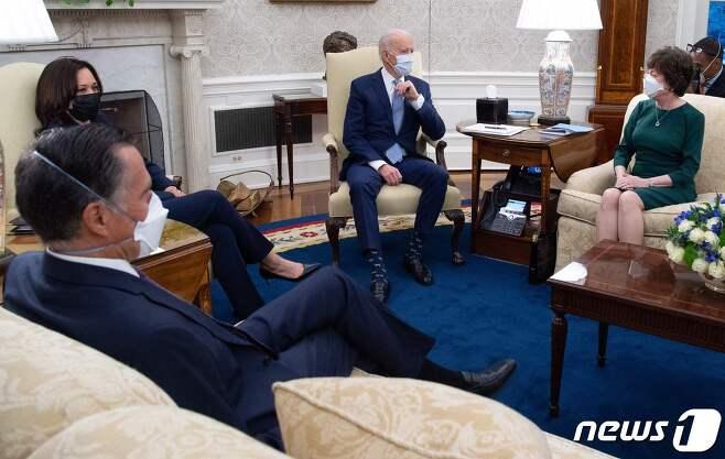 조 바이든 미국 대통령과 카멀라 해리스 부통령이 1일(현지시간) 워싱턴 백악관에서 코로나19 경기 부양책을 논의하기 위해 공화당의 밋 롬니, 수전 콜린스 상원 의원을 만나고 있다. © AFP=뉴스1 © News1 우동명 기자