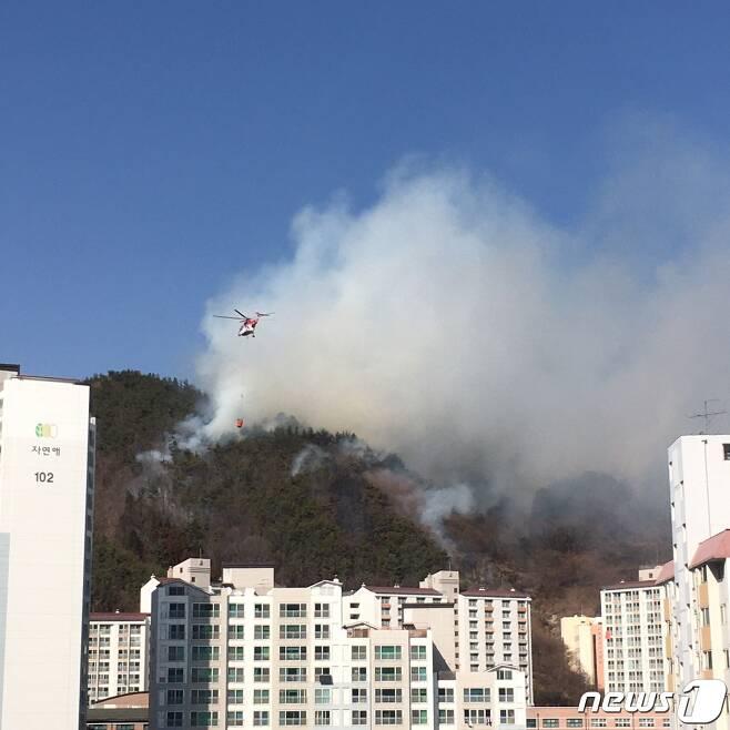 10일 낮 12시41분쯤 전남 광양시 중마동 가야산에서 화재가 발생했다. 신고를 받고 출동한 헬기가 화재 현장에 물을 뿌리고 있다.(독자 제공)2021.2.10/뉴스1 © News1 지정운 기자