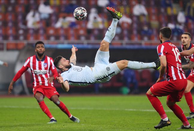 첼시의 올리비에르 지루(가운데)가 23일 아틀레티코 마드리드와의 2020~2021 유럽축구연맹(UEFA) 챔피언스리그 16강 원정 1차전에서 후반 23분 멋진 오버헤드킥으로 골을 성공시키고 있다. 부쿠레슈티/로이터 연합뉴스