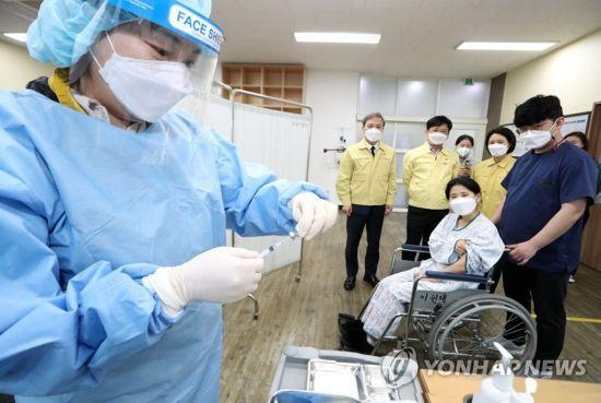 전북 전주시가 23일 완산소방서와 함께 평화보건지소에서 코로나19 백신 예방접종 모의 훈련을 하고 있다.