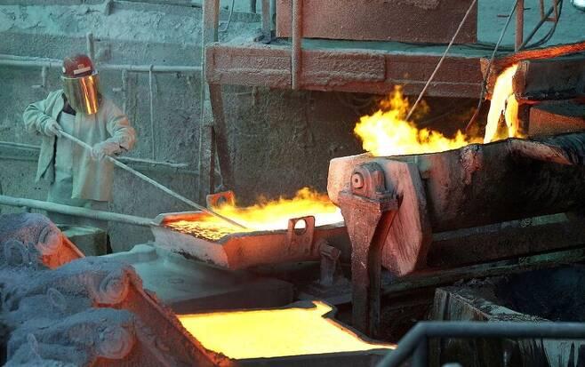칠레 벤타나스에서 노동자들이 지난 1월7일 용광로에서 구리 주조 작업을 하고 있다. 벤타나스/로이터 연합뉴스