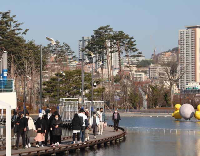 지난 21일 부산 부산진구 부산시민공원에 시민 발길이 이어지고 있다. 부산=뉴스1