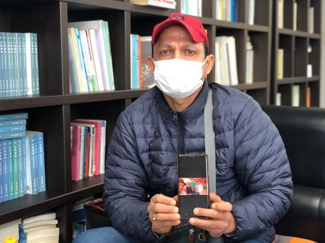 15일 오후 서울 구로구 노무사 사무실에서 인도 국적의 요리사 사지완씨가 자신의 가족사진을 보여주고 있다. 이승엽 기자