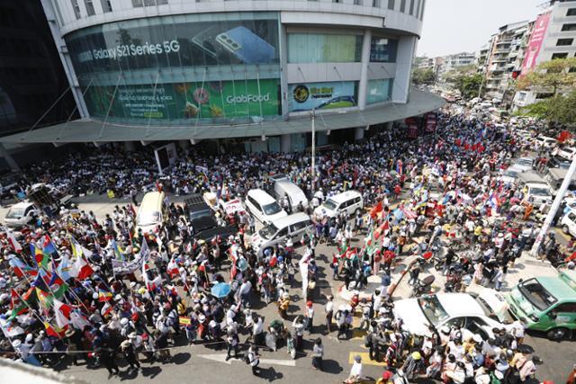 24일 미얀마 양곤 도심에 시민들이 모여 군부에 반대하는 집회를 열고 있다. 양곤=EPA 연합뉴스