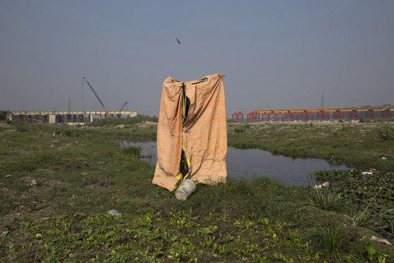 인도 뉴델리의 야무나 강 근처에서 농부들이 사용하기 위해 만든 임시 화장실. AP=연합뉴스