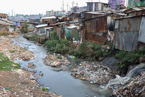 케냐 나이로비의 마타레 빈민가. 강둑에서는 배설물이 직접 나이로비 강으로 배출되는 모습을 볼 수 있다. EPA=연합뉴스