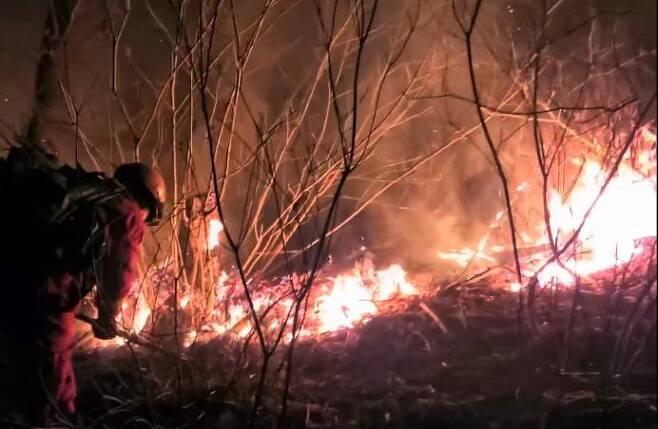 지난 20일 강원 정선군 여량면 구절리 노추산에서 난 불이 이튿날인 21일까지도 꺼지지 않아 산림청 산림항공본부 공중진화대원들이 불갈퀴로 낙엽과 부산물을 긁어내며 방화선을 구축하고 있다. 산림항공본부 제공