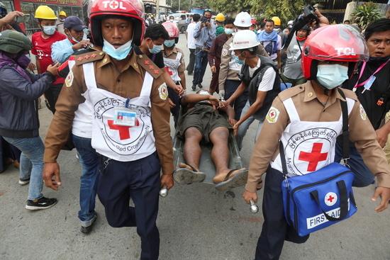 미얀마 군부가 시위대에 대해 강경 대응에 나서면서 유혈 충돌이 발생하고 있다. 사진은 지난 20일 미얀마 만달레이 벌어진 시위 후 구조대원들이 부상자를 옯기고 있는 모습. /사진=로이터