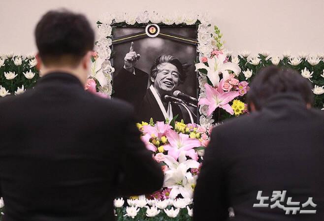 15일 종로구 서울대병원 장례식장에 마련된 故 백기완 통일문제연구소장 빈소에서 유가족이 영정에 절을 하고 있다. 이한형 기자
