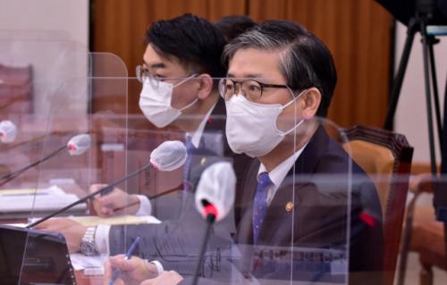 변창흠 국토교통부 장관이국토교통위원회 전체회의에서 답변하고 있다./연합뉴스