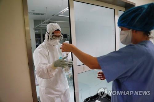 병원에서 일하는 의료진 [로이터=연합뉴스자료사진]