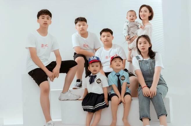 장룽룽(오른쪽 위)과 그의 자녀 7명. /더우인