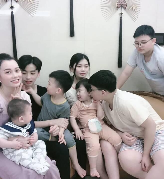 장룽룽(왼쪽)과 그의 자녀 7명. /더우인