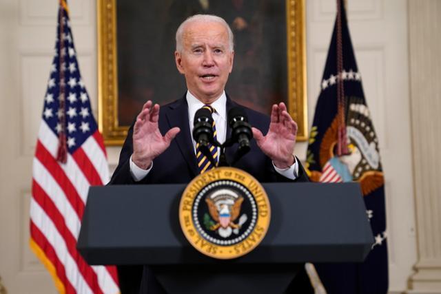 24일 조 바이든 미국 대통령이 워싱턴 백악관 스테이트 다이닝룸에서 연설하고 있다. 워싱턴=AP 연합뉴스