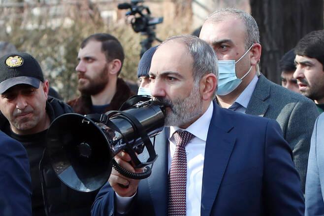 25일(현지시간) 니콜 파쉬냔 총리가 아르메니아 예르반 거리에 나와 지지자들에 내부 대립을 피해야 한다는 취지의 연설을 하고 있다. 예르반|타스연합뉴스
