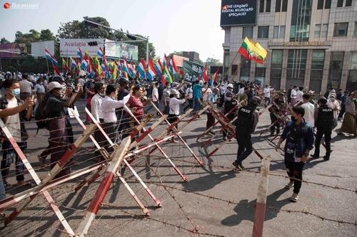 친군부 시위대가 행진하자 군경이 바리케이드를 치우는 모습.2021.2.25 [이라와디 캡처. 재판매 및 DB 금지]